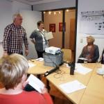 Landkreismitarbeiterin Anke Bode (Altenhilfeplanung) und Jens Wagener (Gesundheitsamt) begrüßen die Schulungswilligen