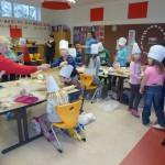 Teamarbeit funktioniert und auch Heidrun Nährlich hat ihren Spaß in der Weihnachtsbäckerei